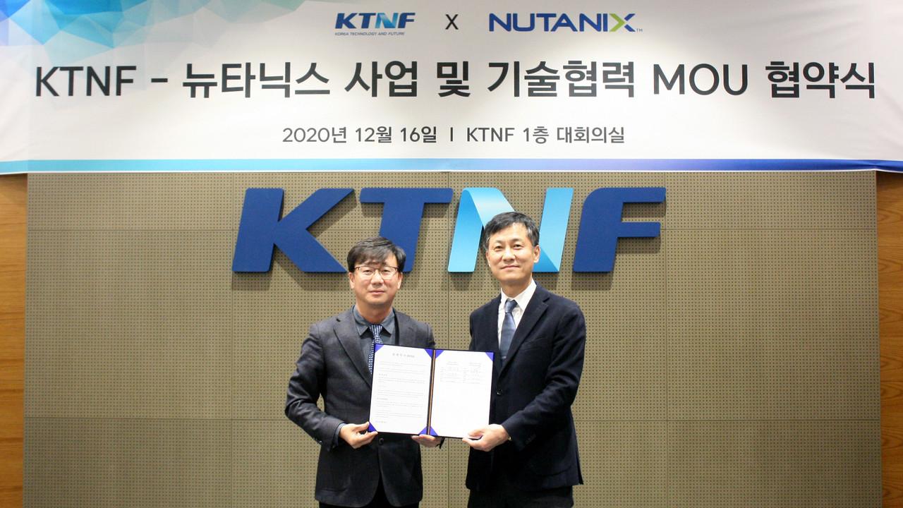 이중연 KTNF 대표(왼쪽)와 김종덕 뉴타닉스 코리아 지사장이 MOU 협약식에서 기념 촬영을 하고 있다.